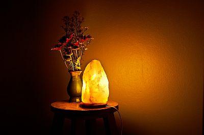 Solna lampa na stoliću